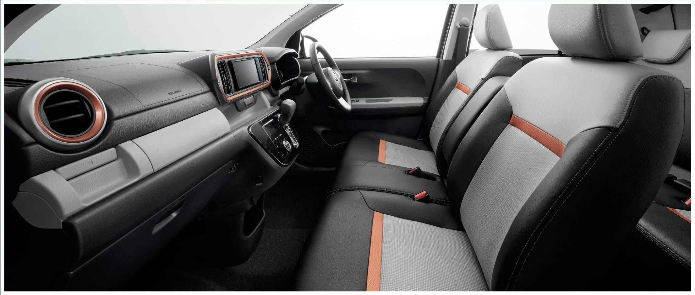MODA(2WD)。内装色はダークグレー。オーディオレスカバーは販売店装着オプション。