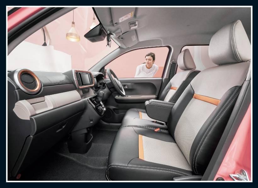 """特別仕様車MODA""""Charm""""(2WD)[ベース車両はMODA(2WD)]。ボディカラーの特別設定色ホワイト〈W09〉×ジューシーピンクメタリック〈R73〉[XG7]はメーカーオプション。内装色はダークグレー。"""